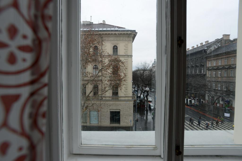 Kilátás a Nagyteremből az Andrássy útra és a Nagymező utcára